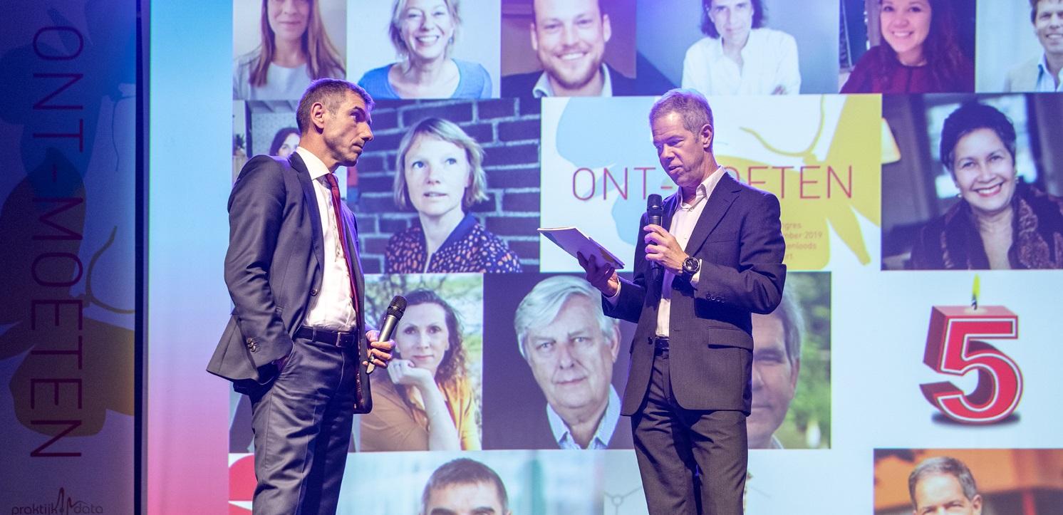 Eerste exemplaar jubileumboek voor staatssecretaris Blokhuis